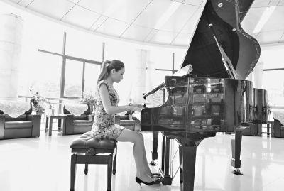 """殡仪馆美女钢琴师:到这里后感觉心里""""安静"""""""